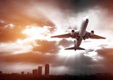Airplandstart bij zonsondergangavond Bedrijfsluchtvaartlijnconcept, RT Stock Foto