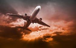 Airplandstart bij zonsondergangavond Bedrijfsluchtvaartlijnconcept, RT Stock Afbeelding