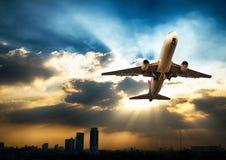 Airplandstart bij zonsondergangavond Bedrijfsluchtvaartlijnconcept, RT Royalty-vrije Stock Foto