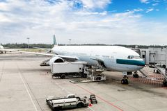 Airplane Being Serviced at the Gate of an International Airport Royalty Free Stock Photography