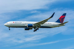 Airplane Delta Air lines N152DL Boeing 767-300 Royalty Free Stock Photos