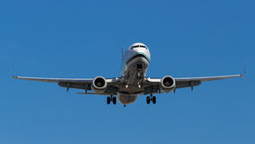 Airplane Flying Down for Landing Royalty Free Stock Photos