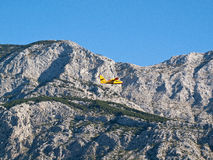 Airplane flying near mountain Royalty Free Stock Photography