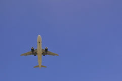 Airplane flying overhead Royalty Free Stock Photography