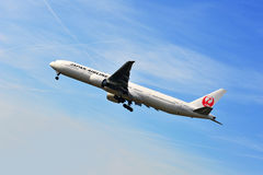 Airplane of Japan Airlines above Frankfurt airport Stock Photos