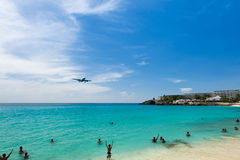 Airplane landing over the sea, beach of Maho bay, Caribbean Stock Photography
