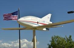 Airplane modelo e bandeira americana Imagens de Stock