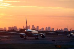 Airplane before New York skyline royalty free stock photos