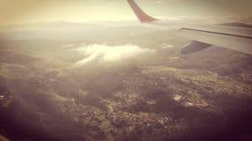 airplane& x27; paesaggio di vista di s retro immagine stock