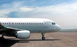 Airplane ready to take off from side view Royalty Free Stock Photography
