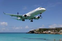 Airpo di Sint Maarten di atterraggio di aeroplano di Copa Airlines Embraer ERJ190 immagini stock