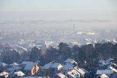 Airpolution zanieczyszczenie powietrza w zimie, Valjevo, Serbia zdjęcie stock
