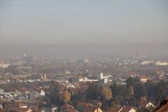 Airpolution zanieczyszczenie powietrza w zimie, Valjevo, Serbia zdjęcia stock