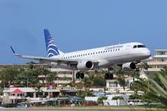 Airpor del St Maarten del aterrizaje de aeroplano de Copa Airlines Embraer ERJ190 Imagenes de archivo