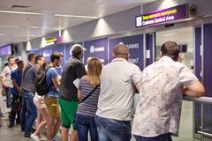 AIRPORT BORYSPIL, UCRAINA - 1° settembre 2015: Parenti di raduno della gente all'aeroporto Fotografie Stock