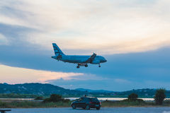 AIRPORT DI CORFÙ, GRECIA - 30 GIUGNO 2011: Airbus A319 di egeo a fotografia stock