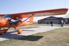 Airshed av aerocluben AEROPRKT, ultralightsflygplanproducent arkivbild