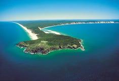 Airshot του διπλού σημείου νησιών στην παραλία ουράνιων τόξων, κοβάλτιο ηλιοφάνειας στοκ εικόνα με δικαίωμα ελεύθερης χρήσης