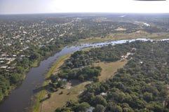 Airshot: Maun-stad bij de pensionair van de okavango-Deltarivier royalty-vrije stock afbeelding