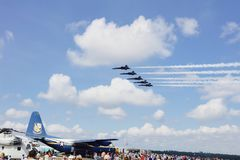 Airshow включая ангелов военно-морского флота голубые Стоковая Фотография