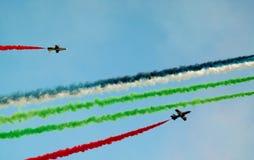 Airshow avec de la fumée d'avion dans différentes couleurs Images stock