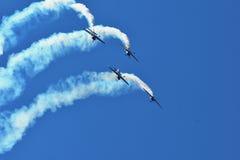 Airshow memorável As acrobacias dos touros do voo team com planos de ExtremeAir XA42 Imagens de Stock