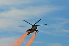 Airshow memorável Helicóptero de ataque da força aérea Mi-24V que voa uma demonstração na exposição internacional Fotografia de Stock Royalty Free