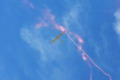 Airshow memorável Sailplane aerobatic do withlight da equipe do planador do voo que mostra seu desempenho, efeito do fumo Foto de Stock Royalty Free