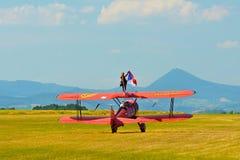 Airshow memorável Voo vermelho do biplano de Stearman para a câmera ao arrastar o fumo na exposição Foto de Stock Royalty Free