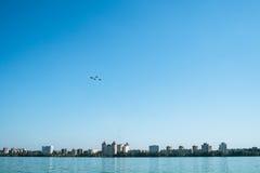 Airshow sopra la città Immagine Stock