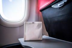 Airsick тошная персона в сумке рвоты болезни воздуха подготовила t стоковое фото