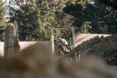 Airsoft战士射击 免版税库存图片