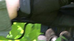 Airsoft枪在球员的手上军事多角形的 股票视频