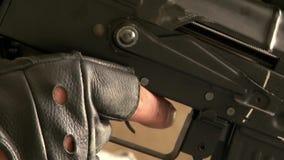 Airsoft枪在球员的手上军事多角形的 影视素材