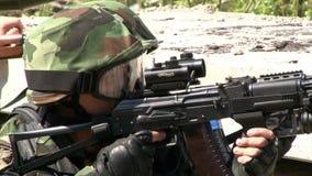 Airsoft枪在球员的手上军事多角形的 股票录像