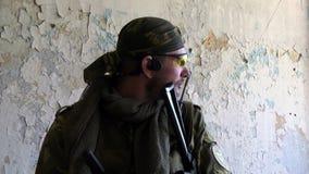 airsoft的球员在军服的有武器的去位置 影视素材