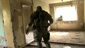 airsoft的球员在被毁坏的房子 股票视频