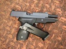 Airsoft de sauer P228 dos Sig arma da pistola da bola da bala de 6 milímetros Fotos de Stock Royalty Free