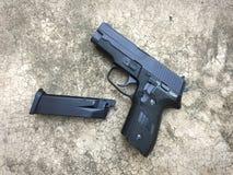 Airsoft de Sig la Sûre P228 arme à feu de pistolet de boule de balle de 6 millimètres Image libre de droits