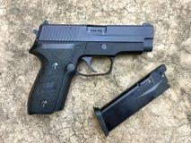 Airsoft de Sig la Sûre P228 arme à feu de pistolet de boule de balle de 6 millimètres Images libres de droits