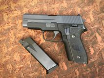 Airsoft de Sig la Sûre P228 arme à feu de pistolet de boule de balle de 6 millimètres Image stock