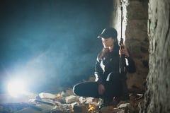 Airsoft-Frauensoldat mit einem Gewehr, das strikeball im Backsteinbau spielt stockbilder