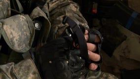 Airsoft gra z pistoletem na militarnym wieloboku