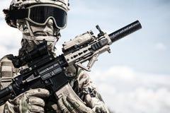 Airsoft gracza żołnierz w militarnych amunicyjnych replikach obraz stock
