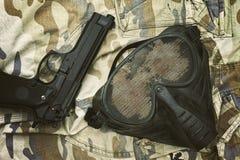 Airsoft-Schutzmaske, Terroristmaske und 9mm Pistole Lizenzfreies Stockfoto