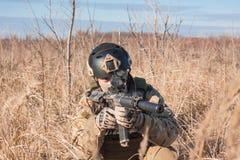 Airsoft-Soldat, der auf den Gebieten mit Gewehr zielt Lizenzfreie Stockfotografie