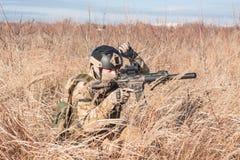 airsoft Soldat in steigender Faust der Felder Lizenzfreie Stockfotografie