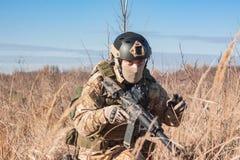 Airsoft-Soldat-Trainingstaktik auf den Gebieten Stockbilder