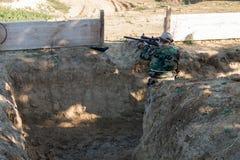 Airsoft-Soldatschießen Stockfoto