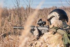 airsoft Soldattraining auf den Gebieten mit Gewehr Lizenzfreies Stockfoto